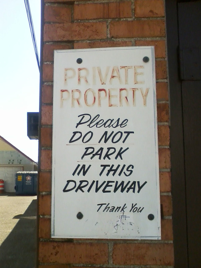 """PRIVATE PROPERTY Please CO NOT PARK IN THIS DRIVEWAY Thank You"""